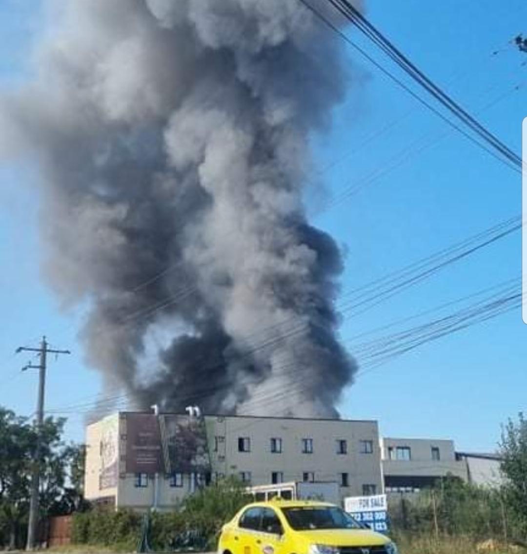 Incendiu violent în zona Mogoșoaia. Intervin 15 autospeciale, fumul se vede la sute de metri distanță  